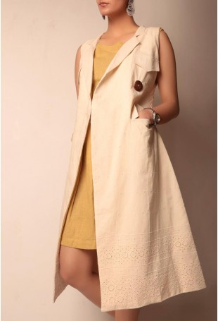 Beige shifley sleevless trench coat with wooden buttons